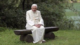 benedetto-xvi-solo-seduto_1891356